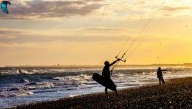 Surfers de cerf-volant sur la plage Photo stock