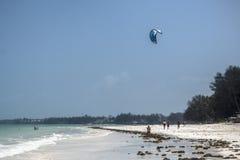 Surfers de cerf-volant sur la plage de Zanzibar Photographie stock libre de droits