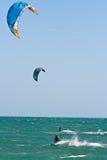 Surfers de cerf-volant sur une mer variable Photo stock