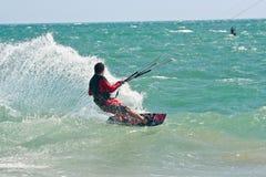 Surfers de cerf-volant sur une mer variable Image stock