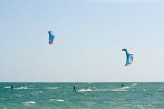Surfers de cerf-volant sur une mer variable Photos libres de droits