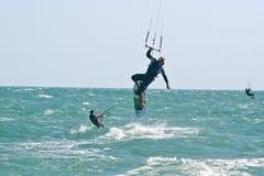 Surfers de cerf-volant sur une mer variable Images stock