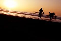 Surfers de coucher du soleil images libres de droits