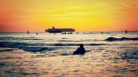 Surfers de coucher du soleil de ressacs clips vidéos
