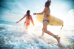 Surfers de dames Photographie stock libre de droits