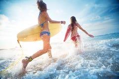 Surfers de dames Images libres de droits