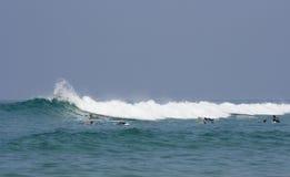 Surfers in de golven van de Atlantische Oceaan Stock Foto