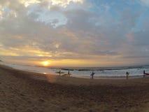 Surfers de lever de soleil Image libre de droits