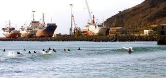 Surfers in de Mindelo-baai royalty-vrije stock fotografie