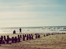 Surfers die bij Hossegor-Strand in Frankrijk letten op Royalty-vrije Stock Foto's
