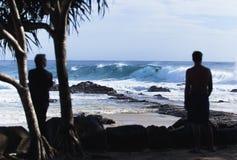Surfers die grote golf berijdt royalty-vrije stock foto's