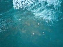 Surfers die grote golf vangen stock foto's
