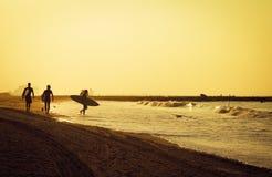 Surfers die klaar op het strand in de ochtend bij rockaway worden Royalty-vrije Stock Foto's