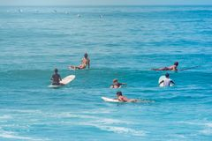 Surfers die op een golf bij het Strand van Sayulita wachten Nayarit Stock Afbeelding