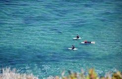 Surfers die op een golf van Dana Strand Beach in Dana Point, Californië wachten Stock Fotografie