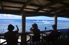 Surfers die op een golf wachten Royalty-vrije Stock Foto's