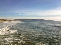 Surfers die op een grote golf in de wateren van mooi Zuidelijk Californië wachten stock afbeelding