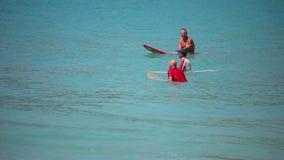 Surfers die op golven wacht stock footage