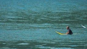 Surfers die op grote golven wachten stock video