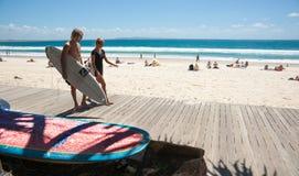 Surfers en het strand, Noosa, Queensland, Australië. Stock Foto's