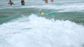 Surfers op de golven stock video