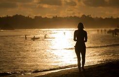 Surfers op het oceaanstrand bij zonsondergang Royalty-vrije Stock Fotografie