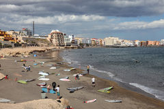 Surfers op het strand Royalty-vrije Stock Afbeelding