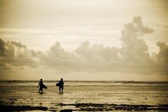 Surfers op het strand royalty-vrije stock afbeeldingen