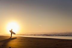 Surfers op het strand Stock Afbeeldingen