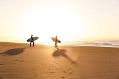 Surfers op het strand Royalty-vrije Stock Foto's