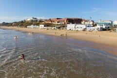 Surfers op het strand Dorset Engeland het UK van Bournemouth dichtbij aan Poole Royalty-vrije Stock Afbeelding
