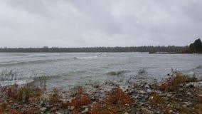 Surfers op meer Michigan op een stormachtige dag Stock Afbeeldingen