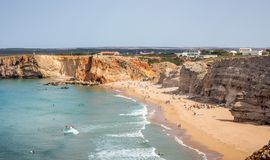 Surfers op Portugees strand dichtbij Sagres-dorp Royalty-vrije Stock Foto