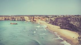 Surfers op Portugees strand dichtbij Sagres-dorp Stock Fotografie