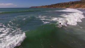 Surfers op reusachtige witte oceaangolven op zonnige het zeegezichtkust van de de zomerdag, 4k antenne stock footage