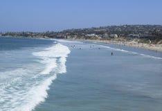 Surfers Pacifiques de plage Photographie stock