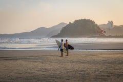 Surfers in Santos Beach - Santos, Sao Paulo, Brazilië stock afbeeldingen