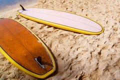 Surfers se trouvant sur une plage sablonneuse Image libre de droits