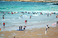 Surfers, Strand Fistral stock afbeeldingen