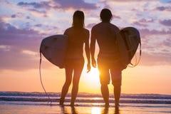 Surfers sur la plage Photographie stock libre de droits