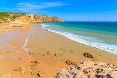 Surfers sur la plage arénacée de Zavial Images stock