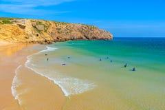 Surfers sur la plage arénacée de Zavial Images libres de droits