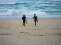 Surfers sur la plage de Bondi Image libre de droits