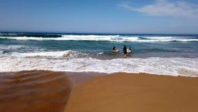 Surfers sur la plage de l'océan pacifique, Australie banque de vidéos