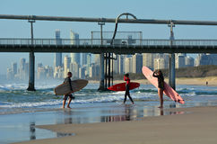 Surfers in Surfersparadijs Queensland Australië Stock Fotografie
