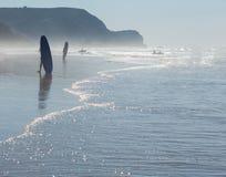 Surfersilhouet op oceaanstrand Stock Foto's