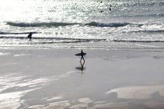 Surferszene an der Dämmerung Lizenzfreies Stockfoto