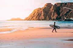 Surfert στην παραλία Arrifana Στοκ Φωτογραφία