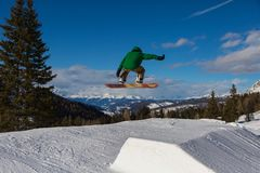 Surfeur dans l'action : Sauter dans la montagne Snowpark Photos libres de droits