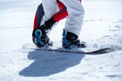 Surfeur préparé pour faire du surf des neiges Image stock